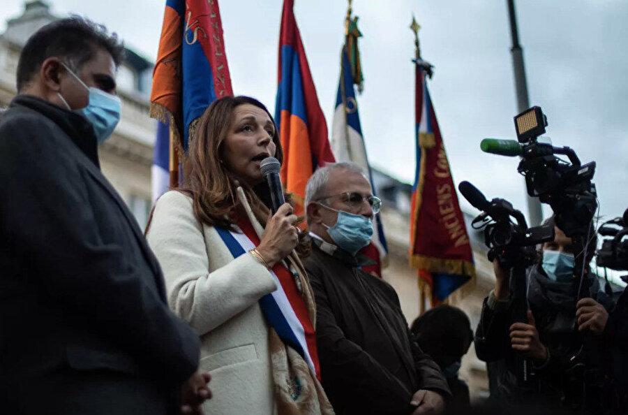"""Protestocuların ön saflarında, """"Ermenilerin haklı davasını"""" desteklemek için gösteriye katılan birkaç milletvekili, belediye başkanı, senatör de vardı."""