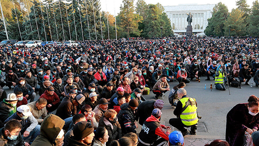 Gösterici, Ceenbekov'un istifa etmesini talep etti.