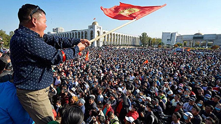 Göstericiler milletvekili Sadır Caparov'u başbakanlık koltuğuna oturttu
