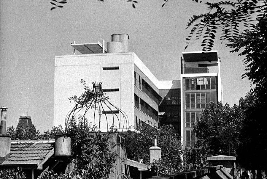 Yat Kulübü binalarının yanına ek olarak yapılan otel binası, 1950 yılında tasarlanıyor ve inşaatı 1957 yılında tamamlanıyor.