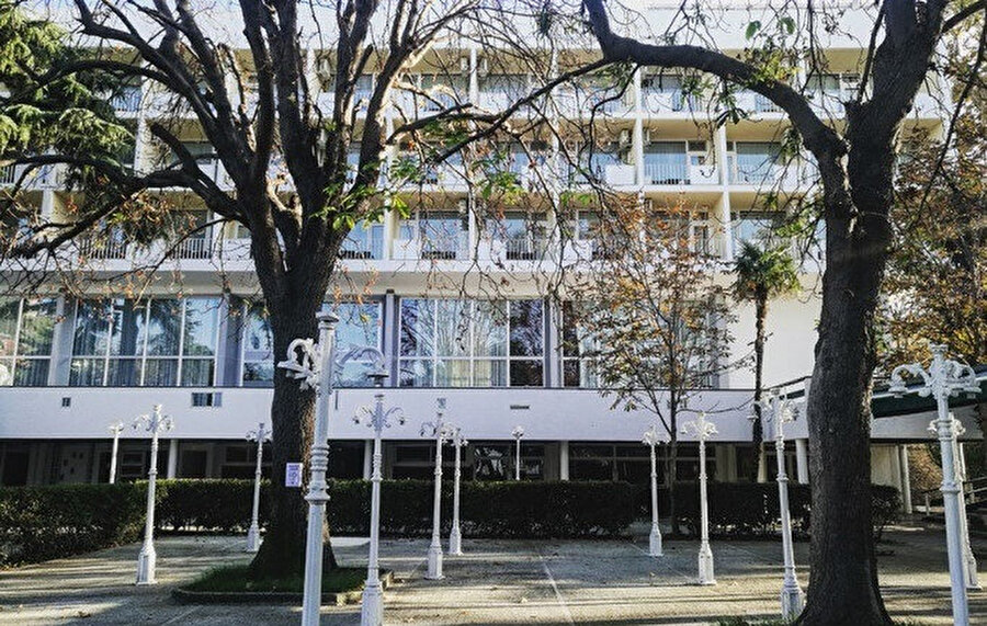 Anadolu Kulübü yeni bir otele ihtiyaç duyup bir yarışma düzenleniyor ve yarışmayı Turgut Cansever ve Abdurrahman Hancı tasarımı kazanıyor.