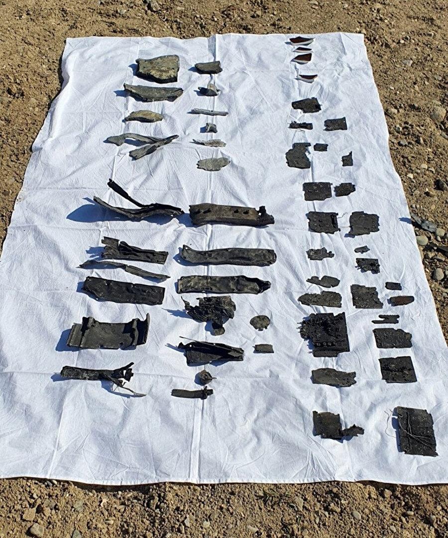 Düşen füzenin bulunabilen parçaları beyaz bir örtü üzerinde toplandı.