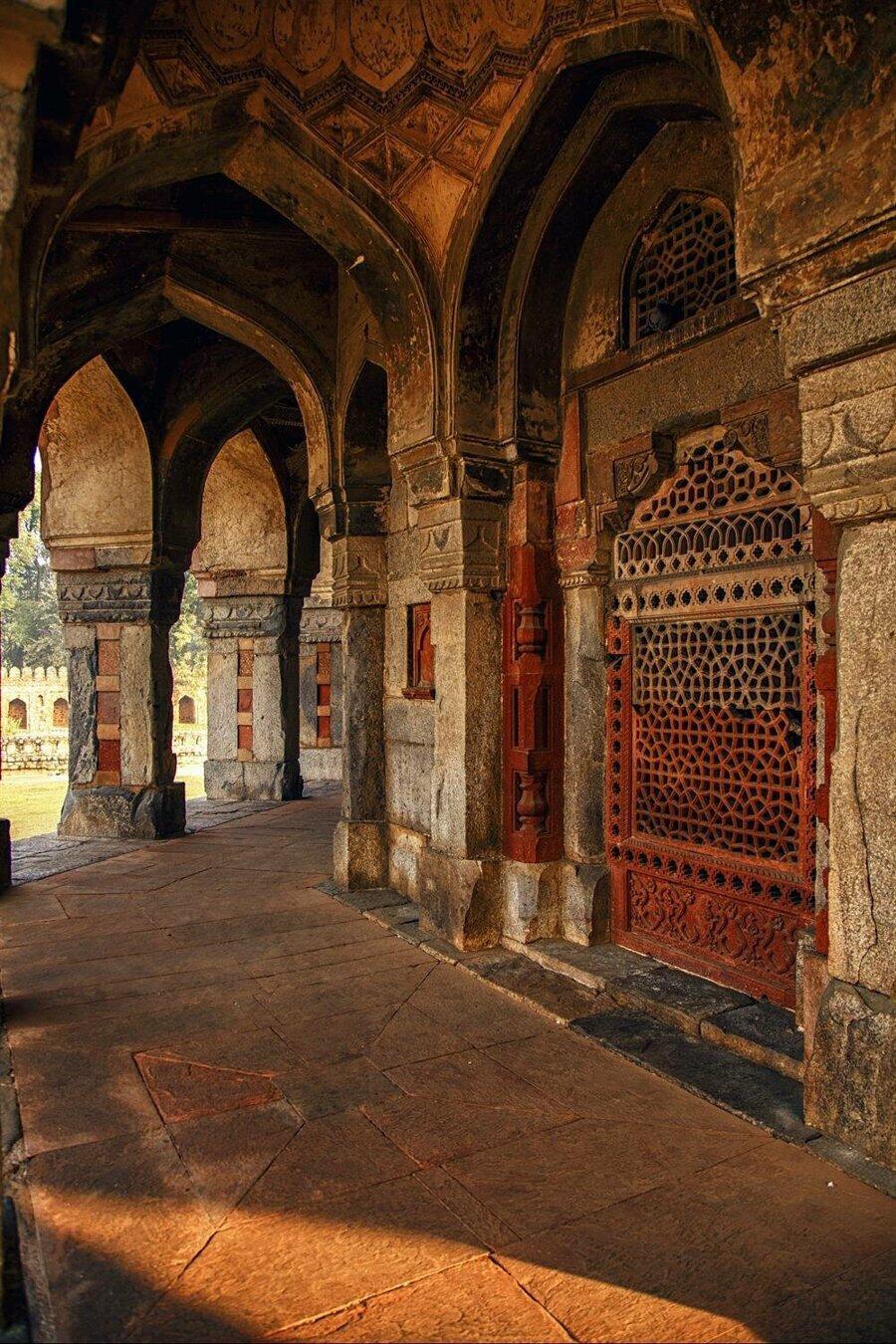 Türbenin dış koridorlarında, oyuklu kemerlerle İran mimarisi ve ince işlemelerle Hind mimarisi, bir uyum içerisinde kendine yer buluyor.