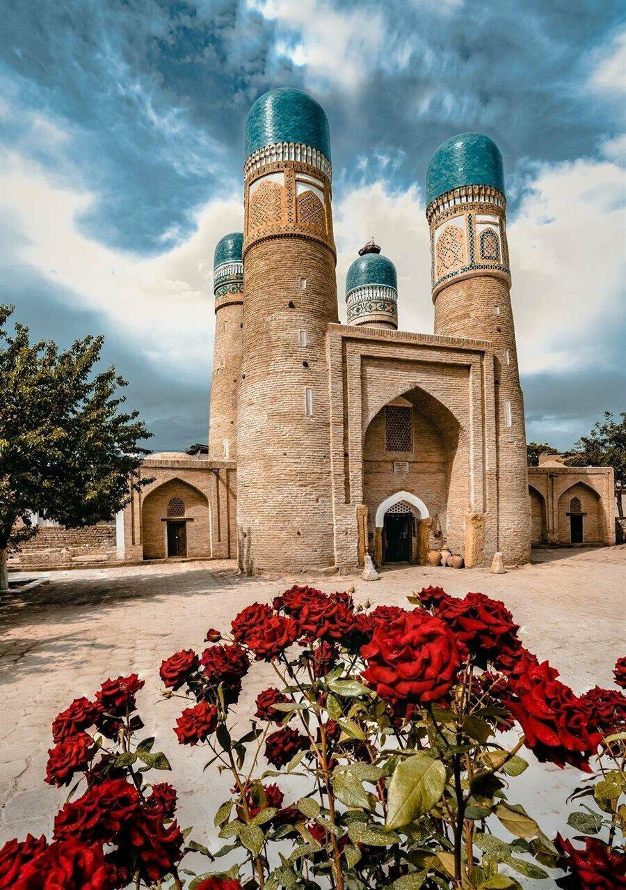 Çar Minar, tüm göz alıcılığıyla ziyaretçilerini bekliyor.