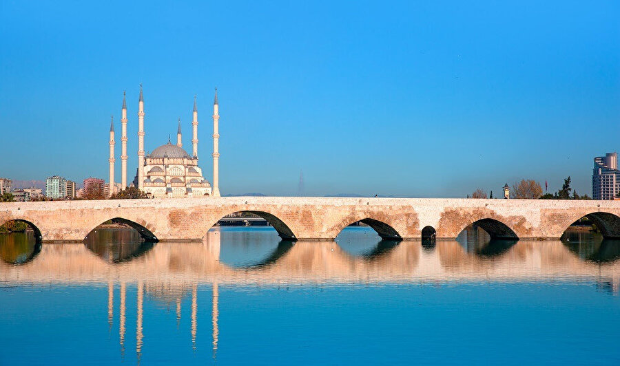 Türkiye'deki altıncı büyük metropolitan alan olup ülkenin önde gelen bir tarım, ticaret ve kültür merkezidir.