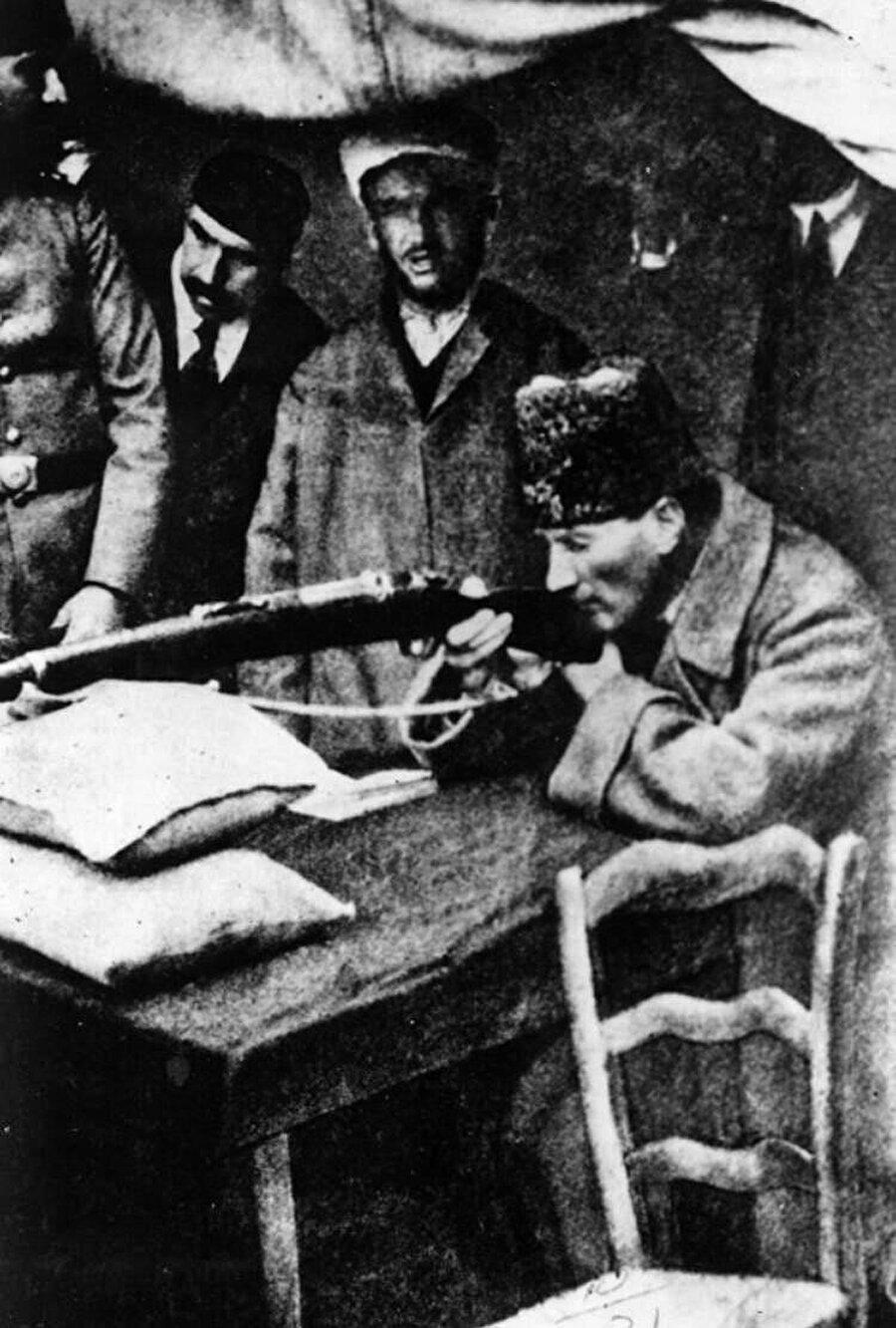 Ulusalcı Kemalistler, Mustafa Kemal'den rahatsız Kemalistler, Atatürkçü Kemalistler, solcu Kemalistler, muhafazakâr Kemalistler, Âlevî Kemalistler, dönem Kemalistler diyerek uzayıp giden yeni yeni Kemalizm türleri…