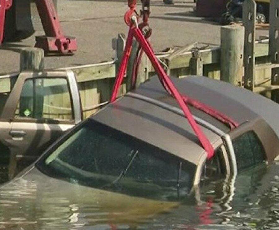 Araba yol kenarındaki kanala düştü