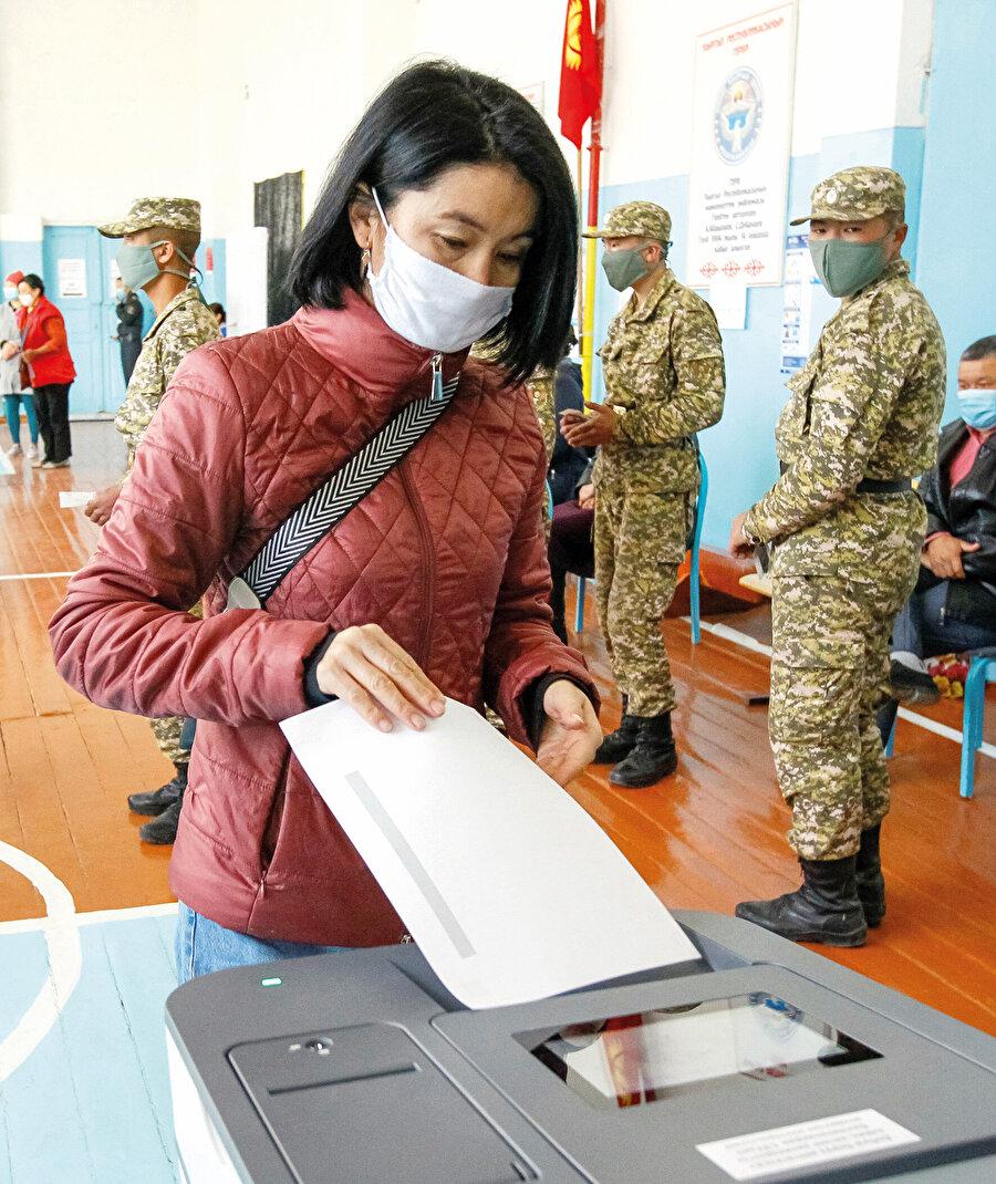 Kırgızistan'da milletvekili seçimlerine katılmak üzere Merkez Seçim Komisyonu'na (MSK) başvuran 44 siyasi partiden, başvuruların incelenmesi sonucunda gerekli şartları yerine getiren 16 partinin seçime katılmasına izin verildi.