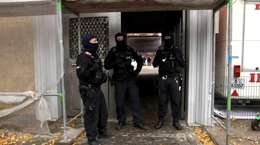 Cemaatin, polislerin ayakkabılarını çıkarması veya galoş giymesine ısrar etmesi üzerine yarım saat sonra polisler başka halılar getirip serdi.