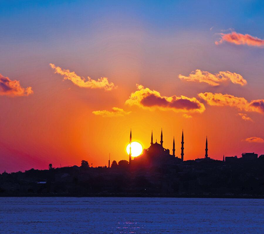 Son 2000 yıldır, Asya'nın içlerinden Avrupa'nın içlerine kadar iki büyük yolculuk gerçekleştiren tek millet Türklerdir. Bu iki bin yılın ilk bin yılında yaptığımız yolculuk, genelde yakıp-yıkma ve yok etmeyle sonuçlanmıştı.