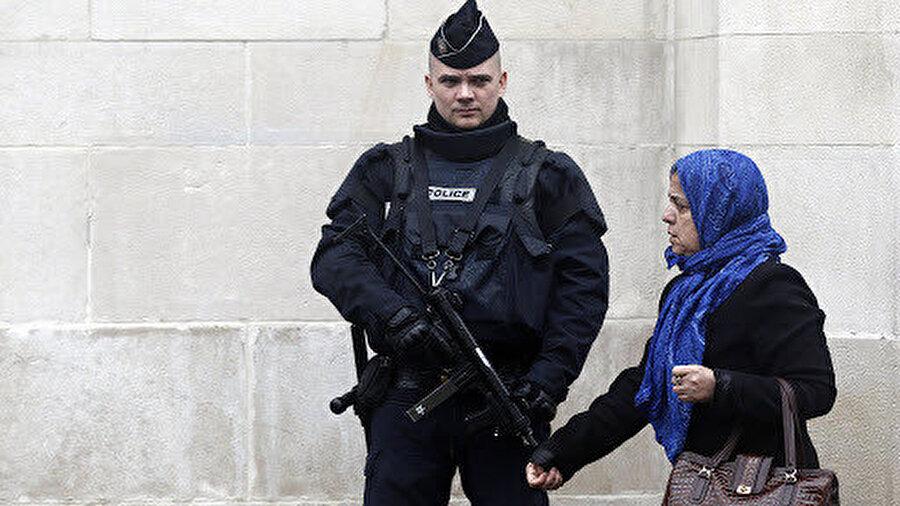 Batı toplumlarında İslamofobiyi oluşturan imaj ve imgelerin üretilmesine imkan sağlayan marjinal grupların yine Batılı siyasi çevrelerce kullanılıyor.