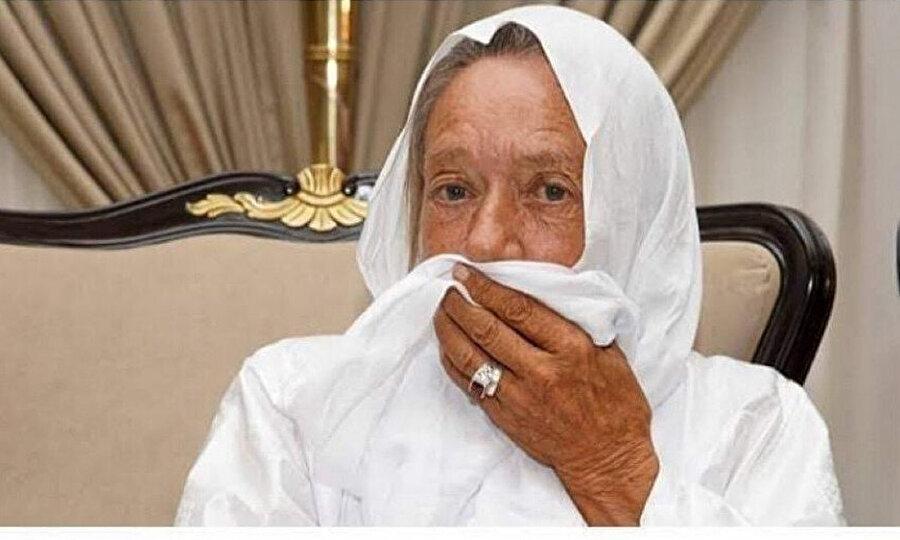 Her şey tıkırında giderken beklenmedik bir hâdise meydana geldi. 75 yaşında bir yardım görevlisi olan Sophie, kendisini karşılamak için havaalanı meydanında toplanan medyanın önünde İslam'ı seçtiğini söyleyiverdi.