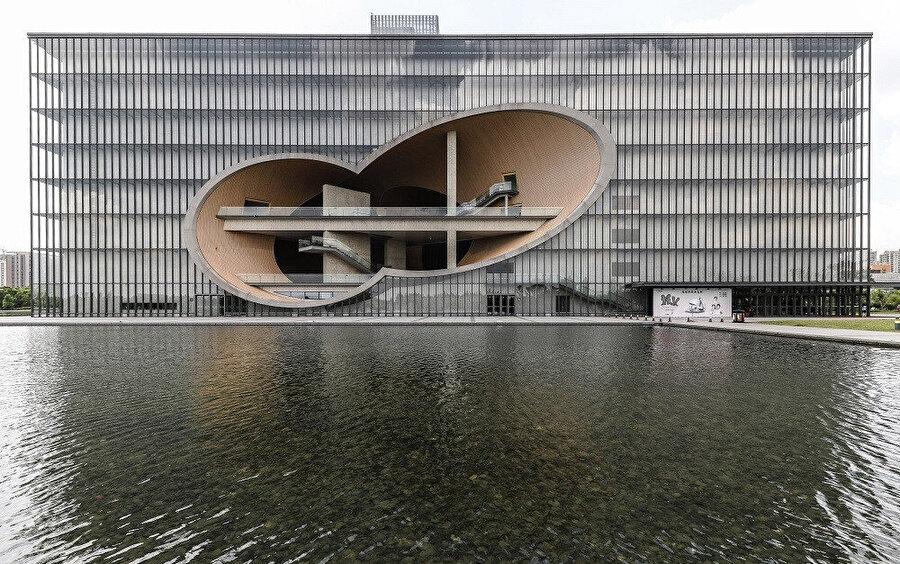 Poly Grand Tiyatrosu, Şangay. /Ando'nun pek çok diğer eseri gibi beton bir yapıya sahiptir, ancak burada cam ve alüminyum bir giydirme duvarla çevrilidir.