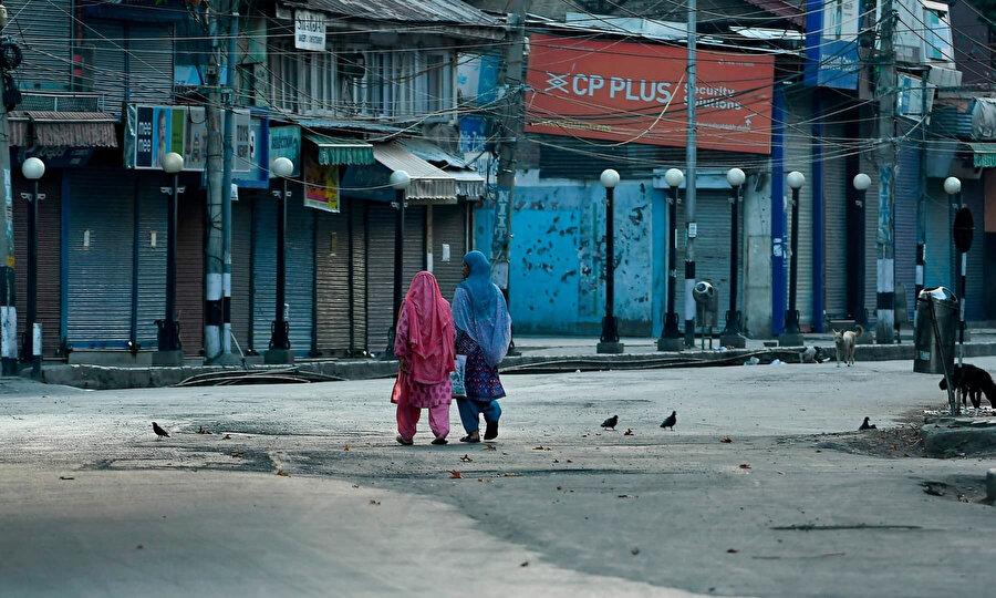 Hindistan, anayasanın yarım asırdan uzun süredir Cammu Keşmir'e ayrıcalık tanıyan 370'inci maddesini 5 Ağustos 2019'da iptal etti.