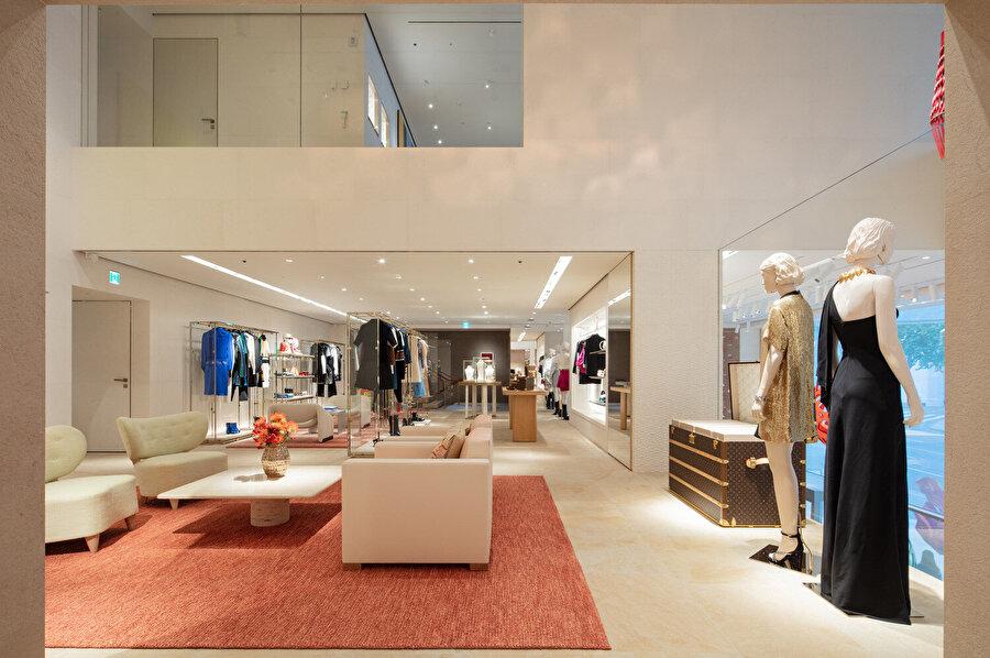Daha samimi ve seçkin bir alışveriş deneyimi için ana atriyumun etrafına daha küçük ve özel salonlar yerleştirilmiş.