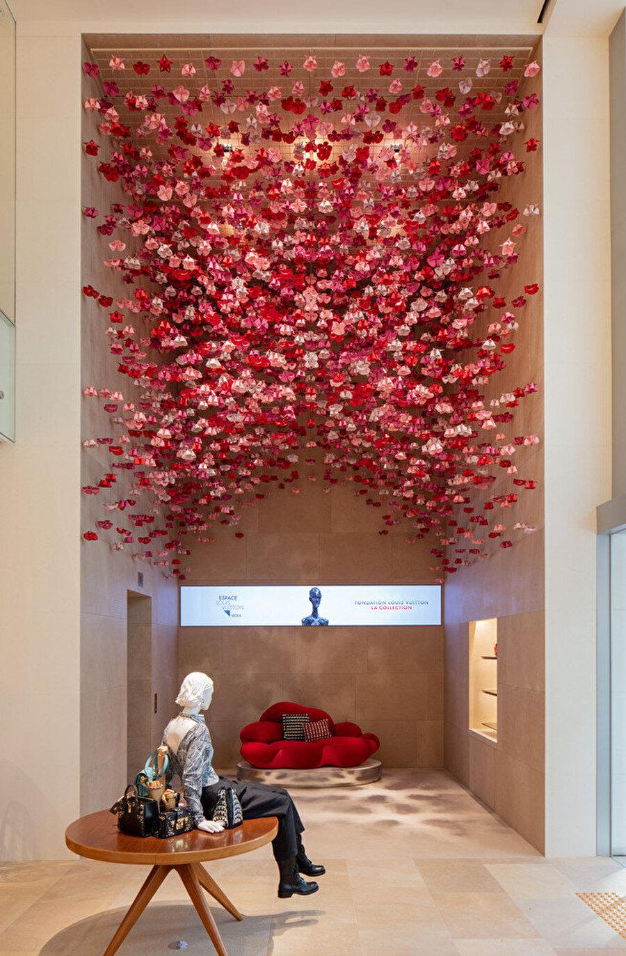 Ziyaretçiler, girişte renkli ve enerjik dekorasyonlarla karşılanıyor.