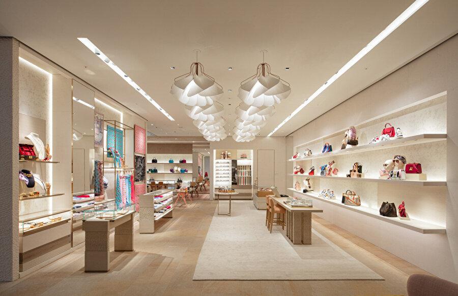 Louis Vuitton Maison Seoul'de markanın kadın ve erkek koleksiyonlarını, parfüm ve mücevher koleksiyonlarını sunan 5 kat bulunuyor.