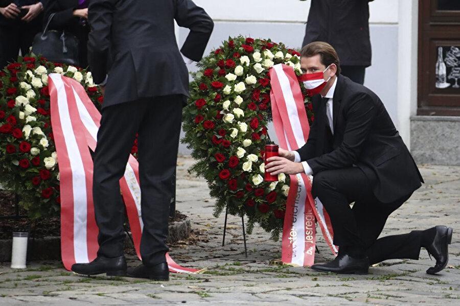 Avusturya Cumhurbaşkanı Alexander Van der Bellen ( solda ayakta) ve Avusturya Şansölyesi Sebastian Kurz'un (sağda) olay yerini ziyaretleri.