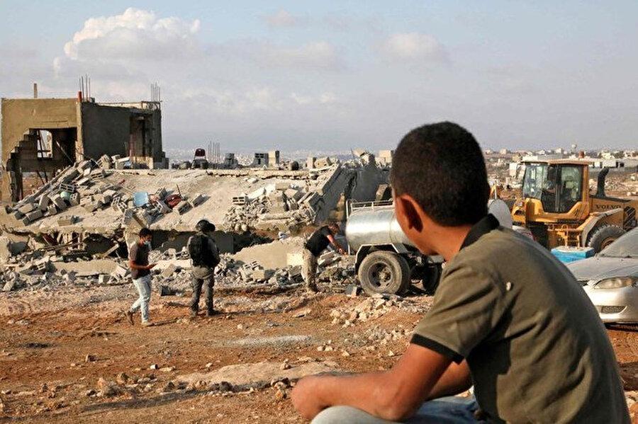 İsrail makamlarının, evlerini ve diğer yapılarını yıkıp eşyalarını tahrip etmesinden sonra 41'i çocuk 73 kişi yerinden edildi.