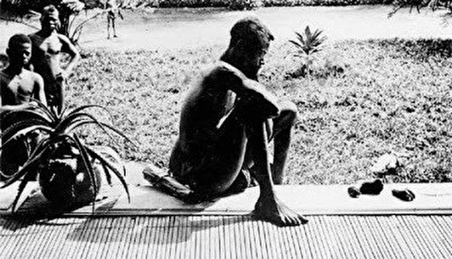 Elleri kesilen Kongolu çocukların fotoğrafları 1900 yılında gizlice çekilmiştir. Belçika'nın serveti de tıpkı Fransa ve diğerleri gibi alın teri değil, Afrika'nın kan ve gözyaşındandır.