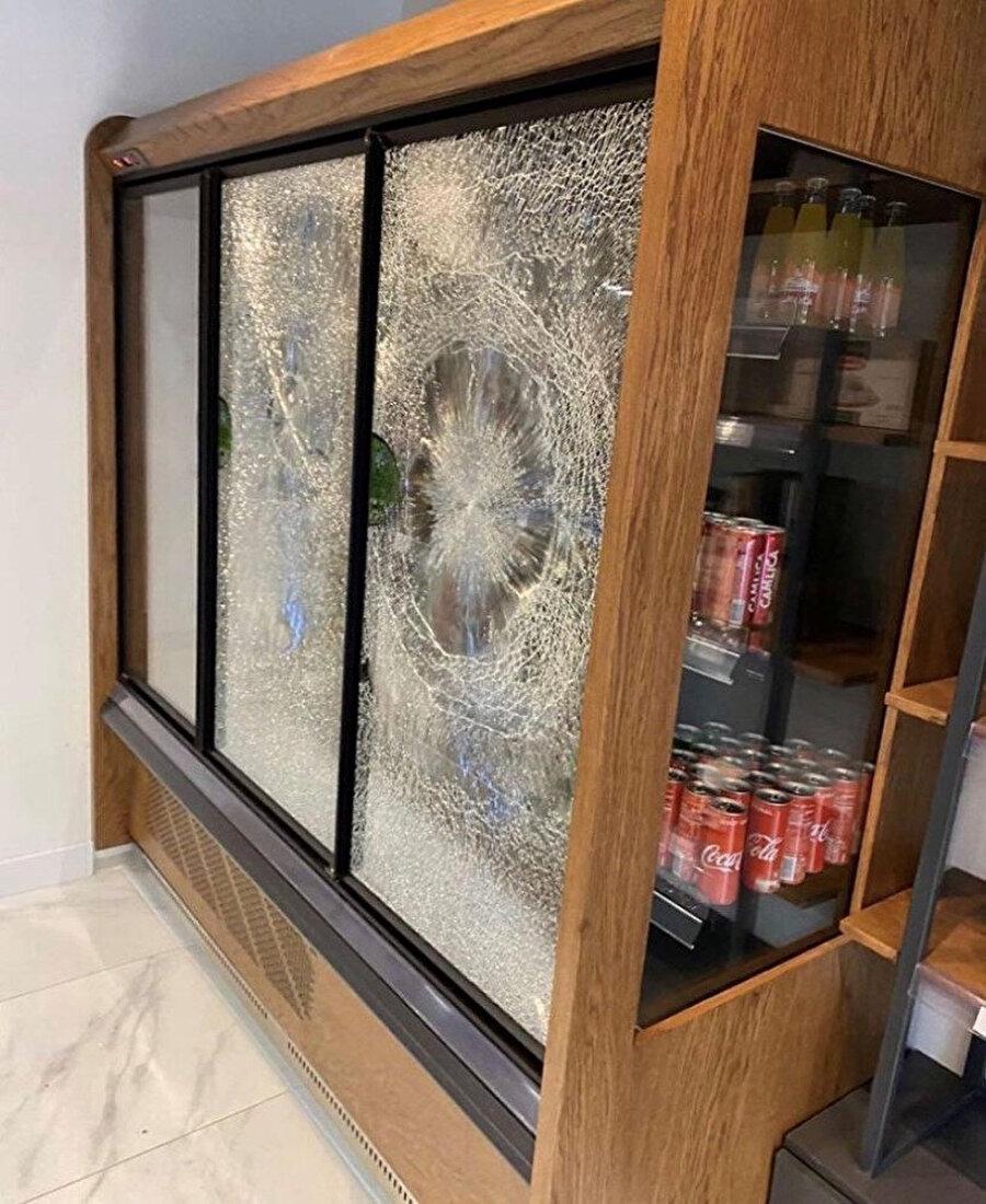 Irkçı yazılardan sonra vitrinler de kırıldı