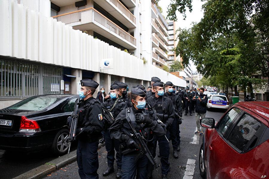 Saldırı sonrası bölgede devriye gezen Fransız polisi.