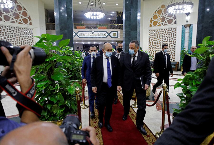 Mısır'a gelen Fransa Dışişleri Bakanı Jean-Yves Le Drian, mevkidaşı Samih Şukri ile Kahire'de bir araya geldi.