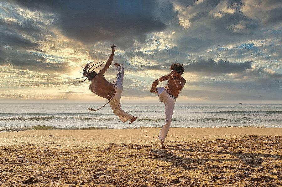 Capoeira, roda adı verilen insanlardan oluşan bir çember ya da yuvarlak daire ya da yarım daire içerisinde iki kişi ile belli stillerde ve ritimlerde oynanan bir oyundur.