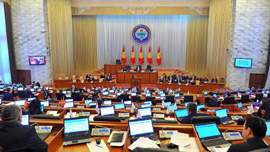 Caparov, istifasından sonra cumhurbaşkanlığı yetkilerinin Meclis Başkanı'na, başbakanlık yetkilerinin ise Başbakan Birinci Yardımcısı'na geçeceğini söyledi.