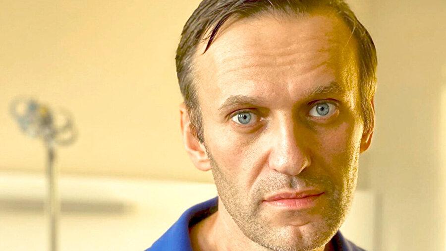Zehirlenme şüphesiyle tedavi gören Rus muhalif Aleksey Navalnıy.