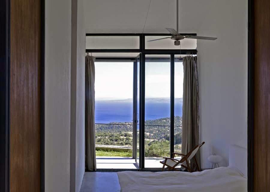 Yatak odası, güney cephesindeki manzaraya açılıyor.