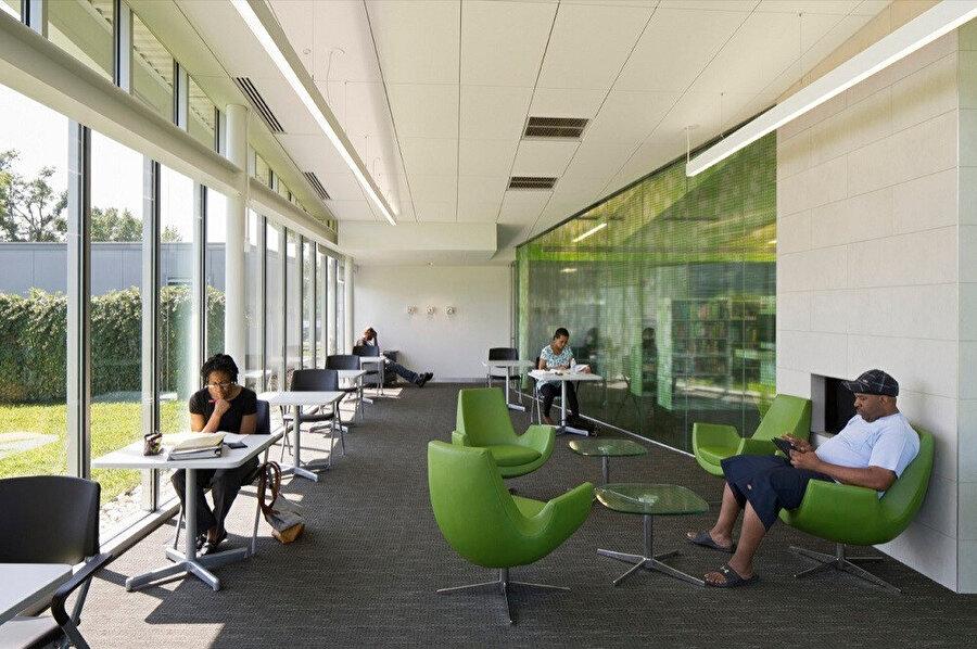 Okuma odalarının kuzey cepheye yerleştirilmesi ile daha aydınlık alanların oluşturulması amaçlanıyor.