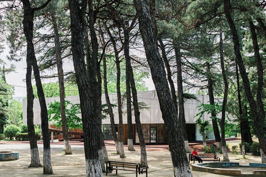 Parkın içinden yapının görüntüsü.