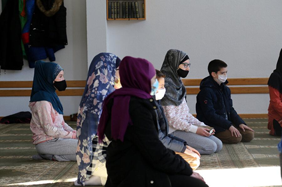 Çocuklar, aynı zamanda namaz, oruç, zekat ve sadakanın bir Müslüman için ne anlama geldiğini öğreniyor.