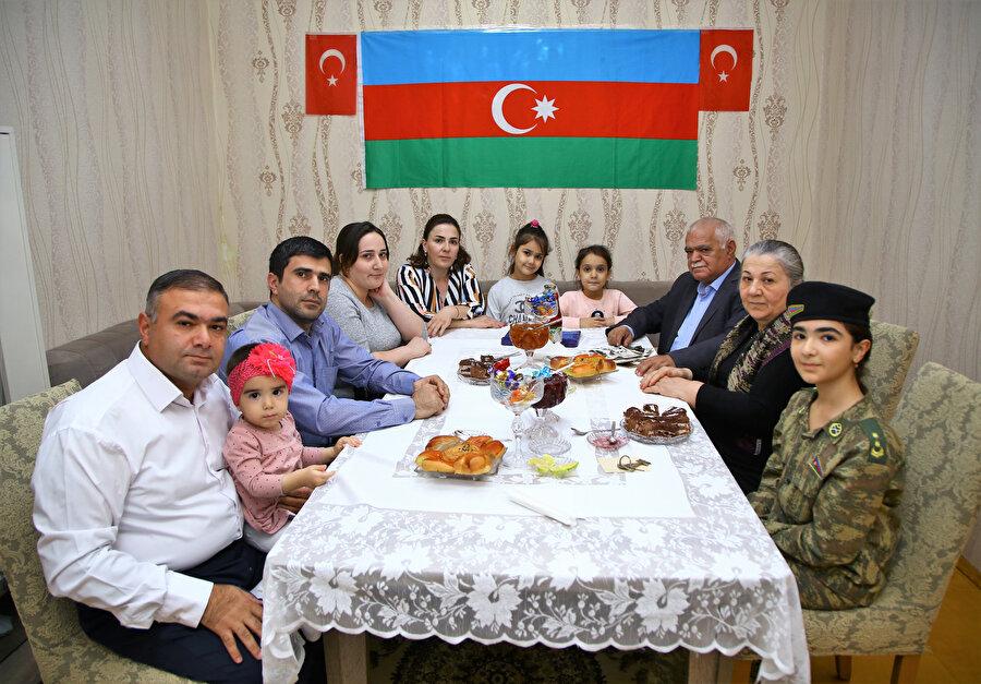 Bakü'deki evlerini Azerbaycan ve Türkiye bayraklarıyla süsleyen Hasanov ailesinde günlerdir bayram yaşanıyor.