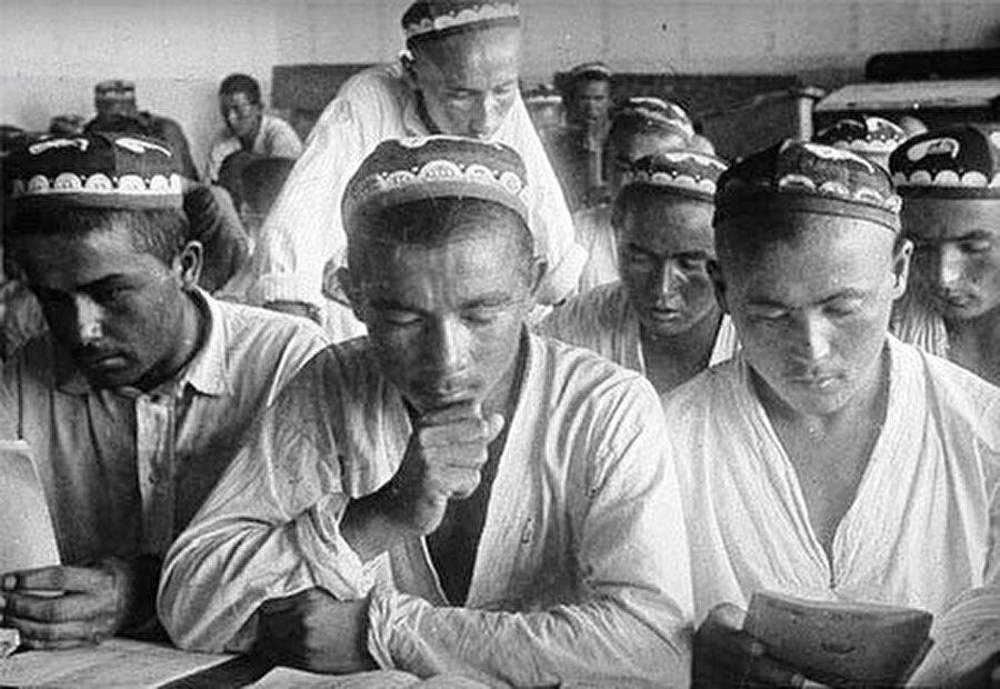 Eski usûle (usûl-i kadim) göre okullarda Kur'an-ı Kerim ve dînî metinlerin ezberlenmesi yeterli görülüyordu.