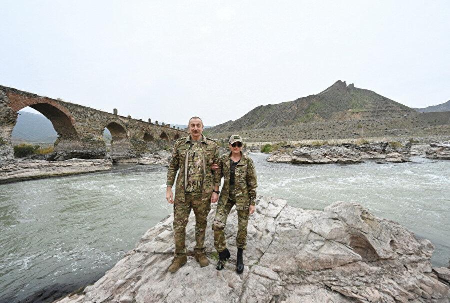Aliyev, İran sınırındaki tarihi Hudaferin köprüsünü de ziyaret ederek Mihriban Aliyeva ile hatıra fotoğrafı çektirdi.