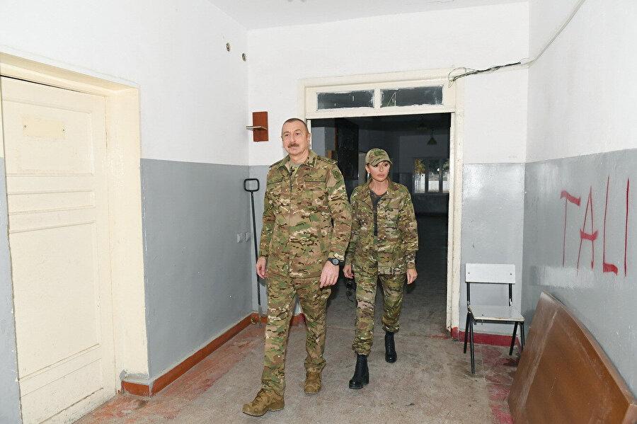 Aliyev, ziyaret ettiği şehirlerde incelemelerde bulundu.