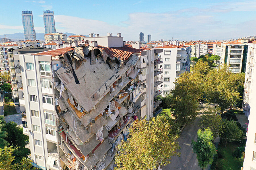 """İzmir depreminden 65 saat sonra enkaz altından çıkarılan 3 yaşındaki Elif Perinçek'in itfaiye erinin elini tuttuğu kare sosyal medyada """"mucize"""" diyerek binlerce paylaşım aldı."""