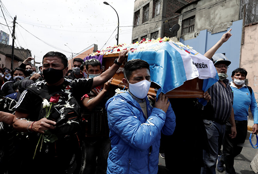 Gösterilerde hayatını kaybeden Inti Sotelo'nun cenazesinden bir görüntü