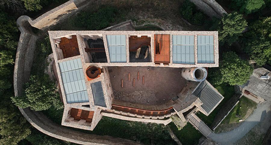 Atelier-r Architects tarafından geliştirilen proje alanı olan kalenin saray kısmının kuşbakışı görünümü.