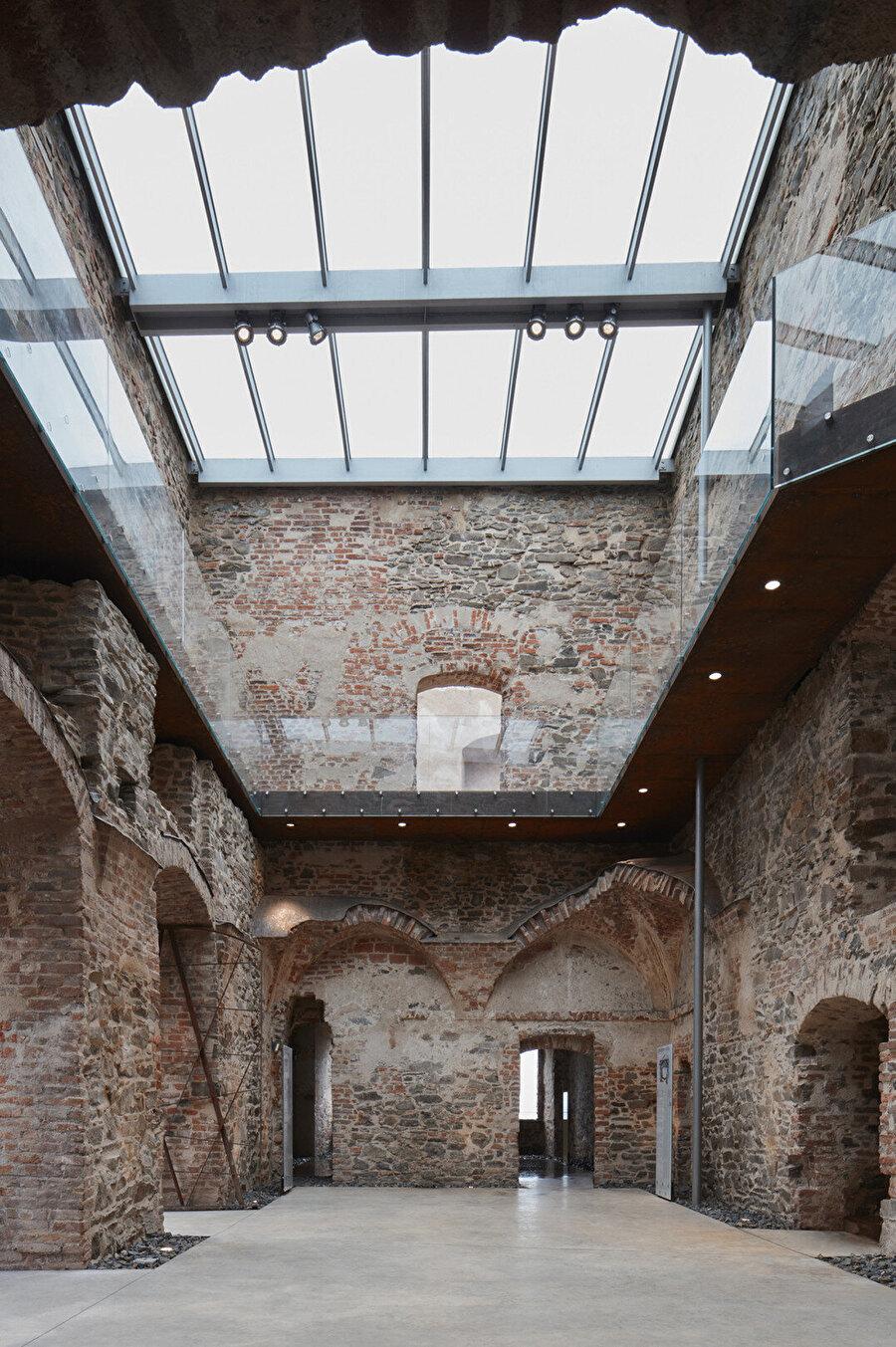 Sarayın büyük bölümü harap olduğu için, katlar yeniden oluşturuluyor.
