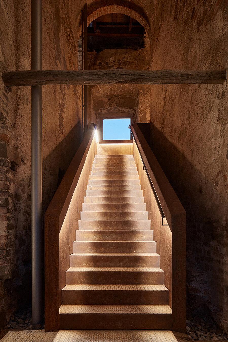 Yapı içerisinde sonradan yapılan eklemeler, tarihi öğelere uyum sağlıyor.