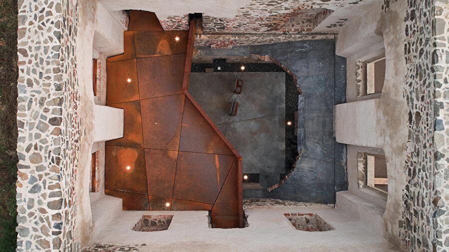 Üstü açık odalar, yapı içerisinde farklı deneyimler sunuyor.