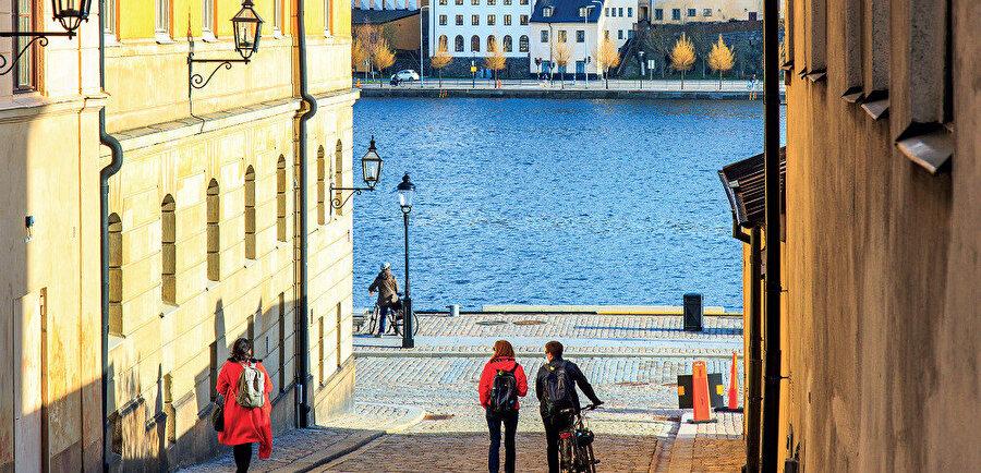 Ülkenin sınır komşuları batı ve kuzeyden Norveç, doğudan ise Finlandiya'dır.