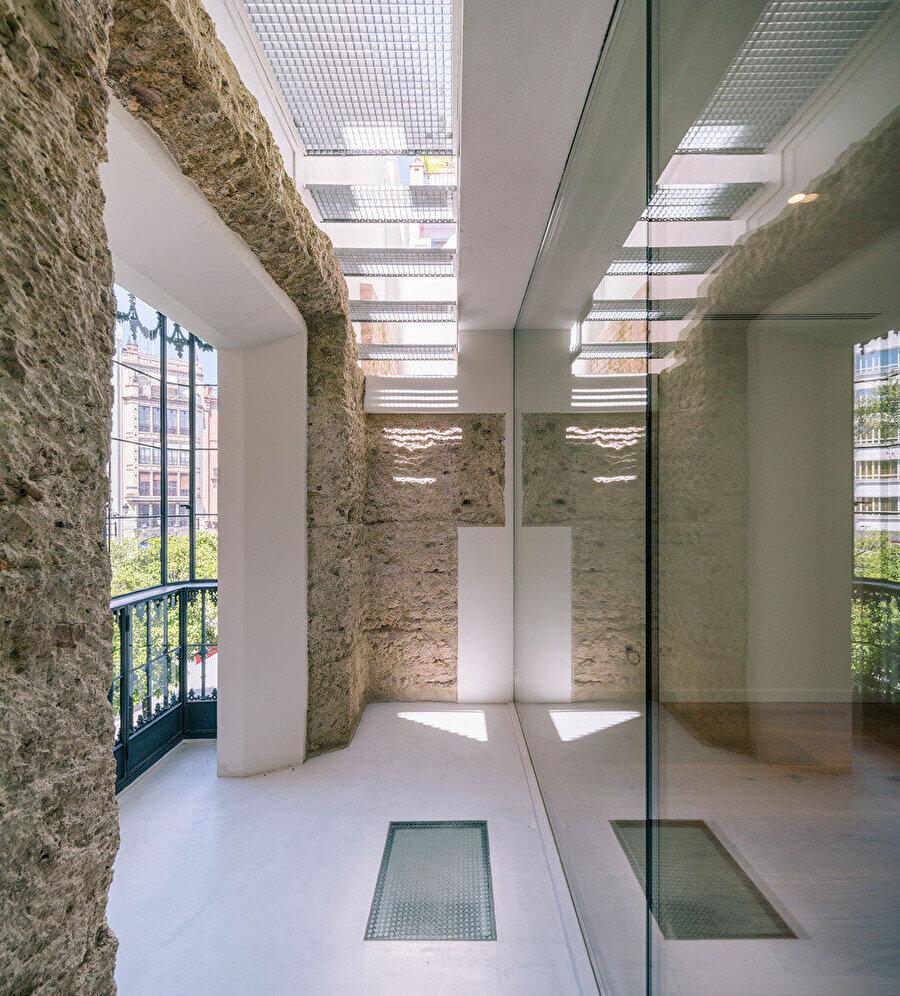 Çatı katına çıkan basamaklar ve korunmuş duvar yüzeyi.
