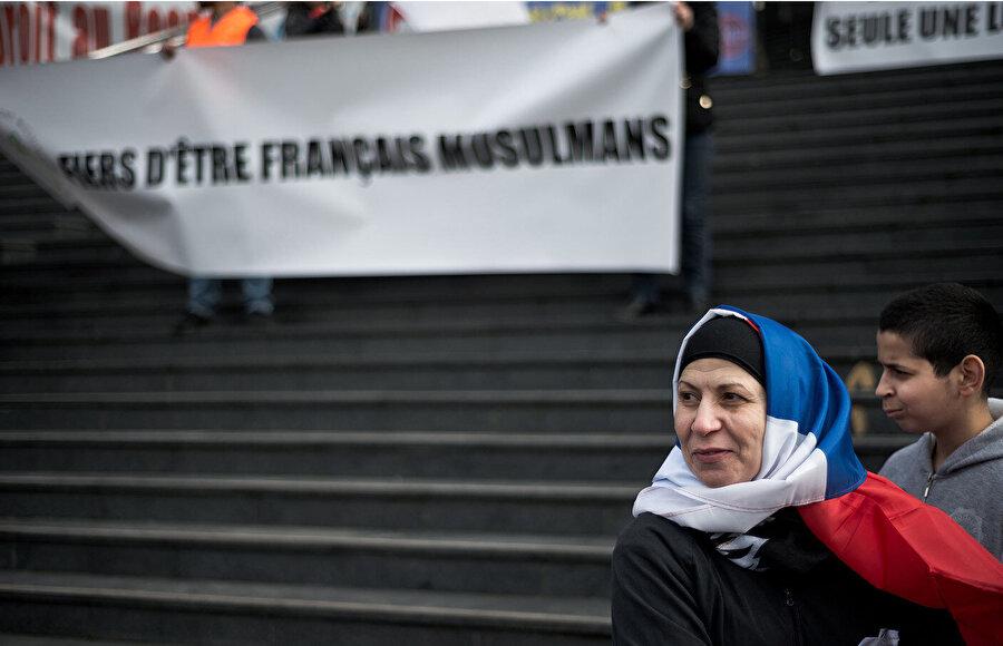 """Macron, 2022'de düzenlenecek cumhurbaşkanlığı seçiminde """"oy kaybetme endişesiyle Müslümanları hedef olarak"""" belirledi."""