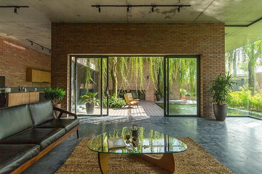 Evin iç dekorasyonunda kullanılan mobilyalar; stili, malzemesi ve renkleriyle bütündeki mimari oluşuma eşlik ediyor.