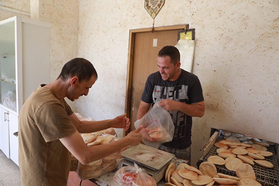Ekmekler yalnız Deyr Bellut beldesinde değil civar köy ve kasabalara da dağıtılıyor.