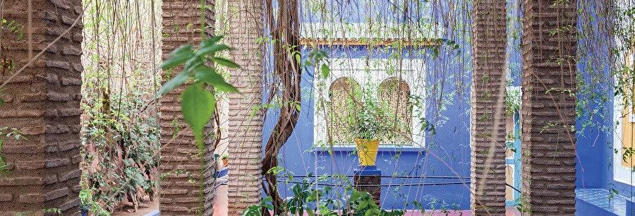 Bahçe duvarlarını, çeşmeleri, özellikleri villalarını Majorelle Blue olarak adlandırdığı mavinin yoğun bir tonunu boyamıştır.